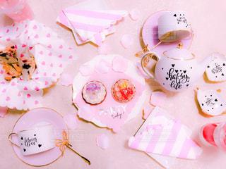 テーブルの上に座っているケーキの写真・画像素材[1442989]