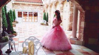 れんが造りの建物にピンクの花の写真・画像素材[1442990]