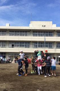 建物の前にサッカーを再生する人々 のグループの写真・画像素材[1513845]