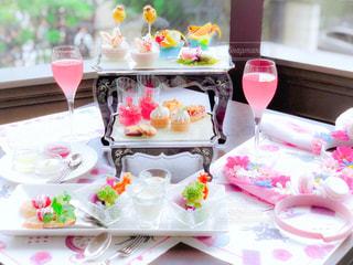 テーブルにバースデー ケーキのプレートの写真・画像素材[1554860]