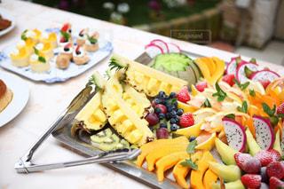 テーブルの上に食べ物のプレートの写真・画像素材[1558957]