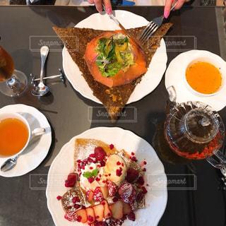 テーブルの上に食べ物のプレートの写真・画像素材[1644440]