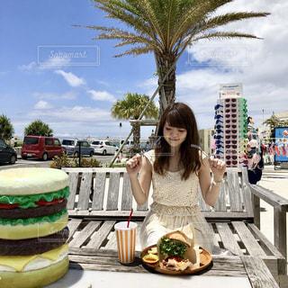 ケーキの前に立っている女性の写真・画像素材[1644443]