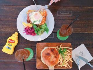 テーブルの上に食べ物のプレートの写真・画像素材[1644448]