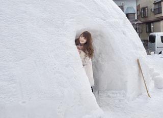 雪の中で立っている女性の写真・画像素材[1658097]