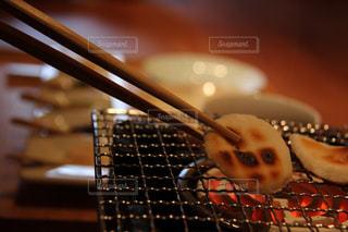 近くのテーブルの上に食べ物をの写真・画像素材[1666862]