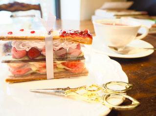 テーブルの上のケーキの一部の写真・画像素材[1669394]