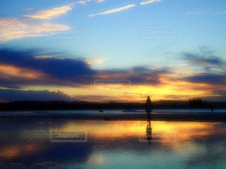 水の体に沈む夕日の写真・画像素材[1690269]