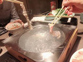 テーブルの上に食べ物を調理人の写真・画像素材[1709546]