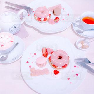 テーブルな皿の上に食べ物のプレートをトッピングの写真・画像素材[1780254]