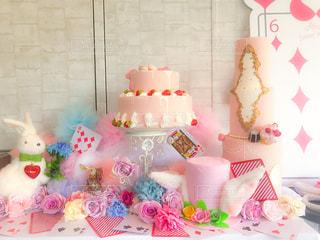 テーブルの上に飾られたケーキの写真・画像素材[2125522]