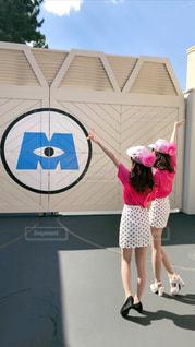 ピンクの傘を持っている女性の写真・画像素材[2202292]
