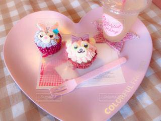 テーブルの上のバースデーケーキの皿の写真・画像素材[2264191]