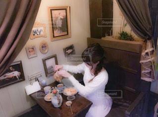 居間に立っている人の写真・画像素材[2266432]