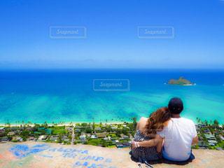 浜辺に座っている人の写真・画像素材[2350872]