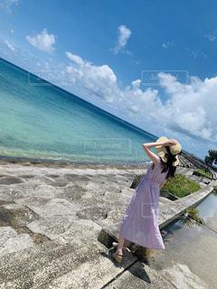 砂浜の上に立つ人の写真・画像素材[2379260]