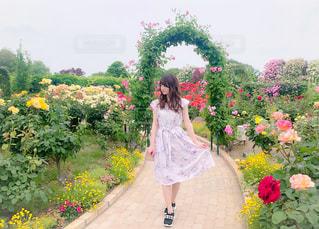 花を持った黄色いドレスを着た女性の写真・画像素材[2379272]