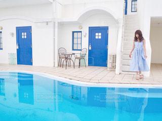 青い背景を持つ台所の写真・画像素材[2379276]