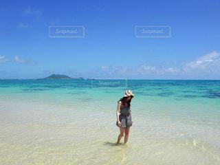 浜辺に立っている人の写真・画像素材[2379887]