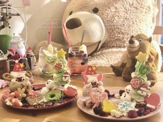 テーブルの上の食べ物の写真・画像素材[2852686]