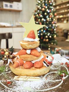 テーブルの上にフルーツを入れたケーキの写真・画像素材[2852695]