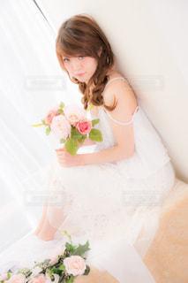 ウェディングケーキを切る小さな女の子の写真・画像素材[3084250]