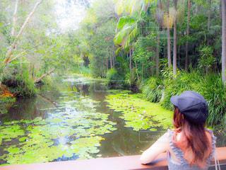 池の前に立っている女性の写真・画像素材[3141625]