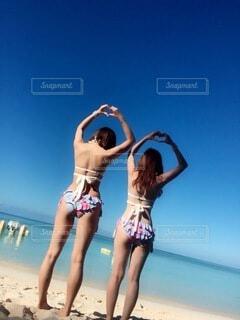 ビーチに立っている女性の写真・画像素材[4173510]