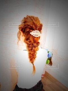鏡の前に立ってカメラのポーズをとる人の写真・画像素材[4426450]