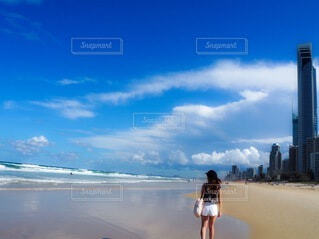 浜辺に立っている人の写真・画像素材[4736418]