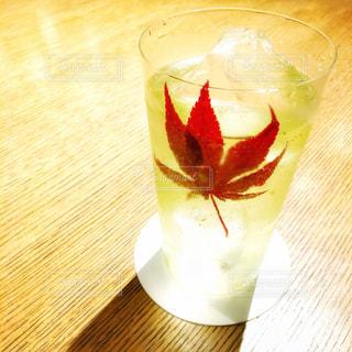 テーブルの上のガラスのコップ - No.849142