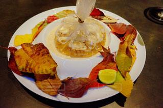 テーブルの上のケーキのスライスを皿の料理 - No.893802