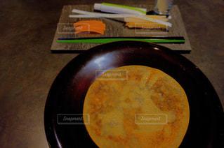 テーブルの上に食べ物のパン - No.893806
