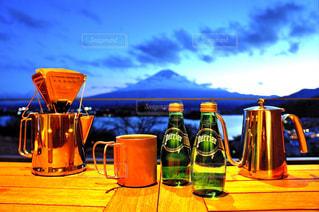 テーブルの上のビールのカップ - No.920184