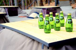 テーブルの上にワインのボトル - No.920195