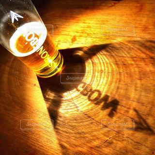 近くのテーブルにビールのグラスを - No.929771