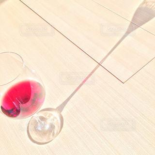 テーブルの上の赤ワインのガラス - No.929791