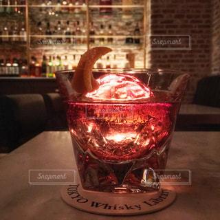 テーブルの上のガラスのコップ - No.929797