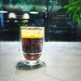 テーブルの上のビールのグラス - No.929829
