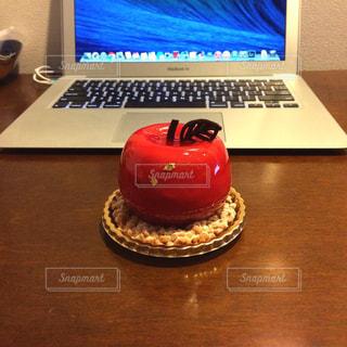 木製のテーブルの上に座ってパソコンのトップ ビュー - No.929845