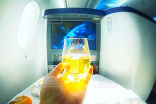 オレンジ ジュースのガラスを保持している男の写真・画像素材[929848]