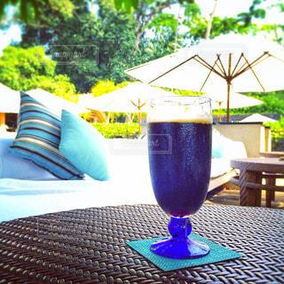青い花瓶をテーブルの上でグラス - No.929849