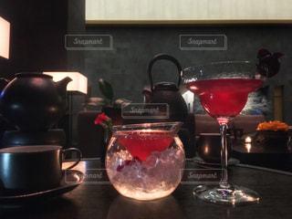 テーブルの上の赤ワインのガラス - No.929853