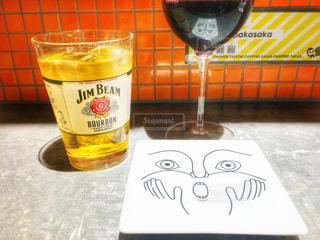 テーブルの上のビールのグラス - No.929939