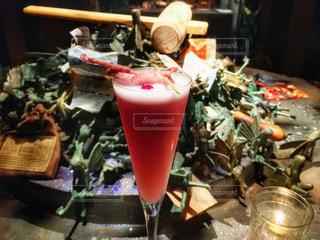 テーブルの上のビールのグラス - No.929995