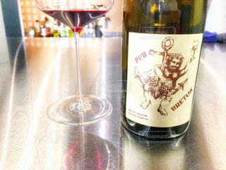 テーブルの上にワインのボトル - No.930528