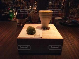 木製テーブルの上のビールのグラス - No.930534