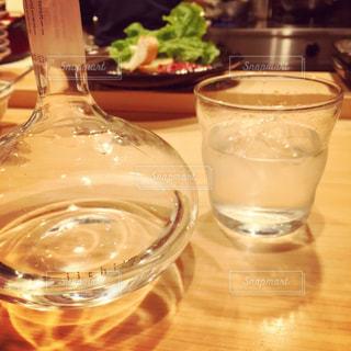 ワイングラスをテーブルの上に水のガラス - No.930539