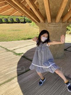 草の中に立っている小さな女の子の写真・画像素材[3531604]