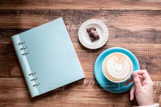 テーブルの上のカフェラテとチョコレートの写真・画像素材[3964122]